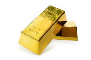 Primo piano di due lingotti d'oro lucido da 1 kg su uno sfondo bianco