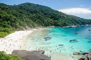 isole similan, thailandia, 2020 - persone che si godono una giornata in spiaggia foto