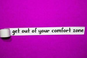 esci dalla tua zona di comfort testo, ispirazione, motivazione e concetto di business su carta strappata viola foto