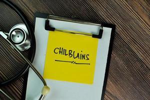 geloni scritti su una nota adesiva isolata sul tavolo di legno foto