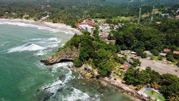 banten, indonesia 2021 - veduta aerea della spiaggia di karang bolong foto