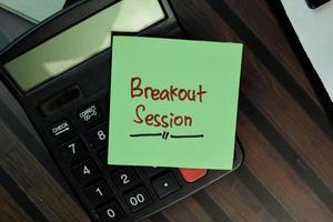 sessione di breakout scritto su una nota adesiva isolato su un tavolo di legno foto