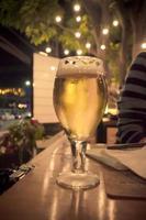 bicchiere di birra di notte foto