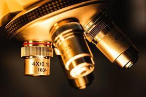 microscopio contro uno sfondo nero foto
