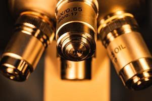 primo piano delle lenti del microscopio foto