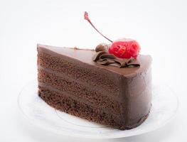 torta al cioccolato con ciliegina sulla torta foto