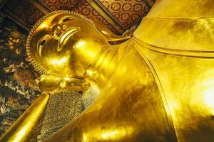 Buddha sdraiato d'oro foto