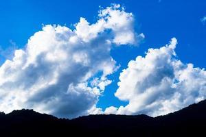 nuvole sopra le montagne foto