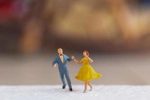 coppia in miniatura che balla su un pavimento, concetto di San Valentino foto