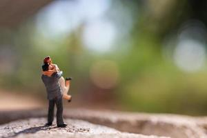 coppia in miniatura in piedi nel parco foto