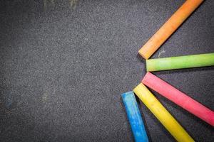 fila di gesso colorato arcobaleno su una lavagna foto