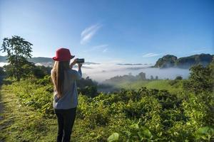 viaggiatore donna scattare foto di montagne