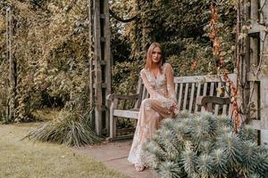 donna in posa su una panchina
