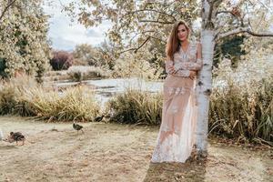 donna contro un albero con il crepuscolo