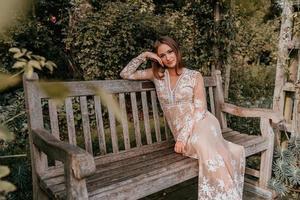 donna seduta su una panchina del parco foto