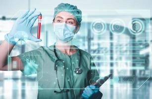 professionista sanitario che esegue la diagnostica del campione di sangue foto