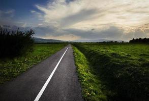 strada al tramonto foto