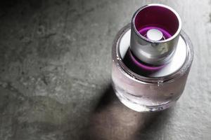 bellezza e bottiglia di profumo fresco dolce foto