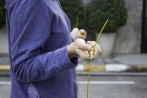mano della donna che tiene una corda per saltare di velocità foto