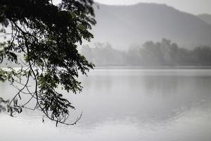 vista di un lago all'alba foto
