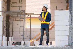 ingegnere architettonico ispeziona il controllo di qualità in cantiere foto