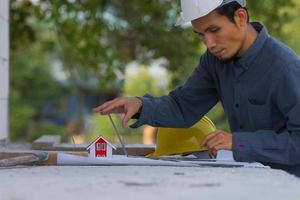 ingegnere architettonico progetta la costruzione di edifici per un progetto di casa foto