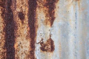 vecchio tetto di zinco arrugginito foto