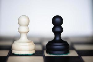 pezzi degli scacchi: due avversari ugualmente potenti che si fronteggiano foto