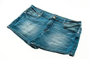 pantalone corto di jeans su sfondo bianco foto