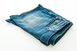 pantaloni corti jeans su sfondo bianco foto