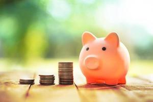 salvadanaio con pila di soldi per il concetto di risparmio foto