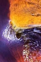 acqua che scorre in un fiume foto