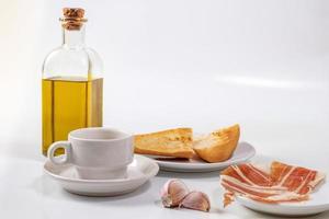 colazione andalusa su sfondo bianco foto