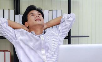 uomo rilassante al lavoro foto