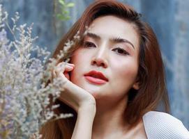donna in posa vicino a fiori foto