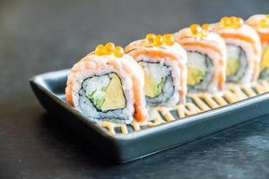 rotolo di sushi al salmone, cibo tradizionale giapponese