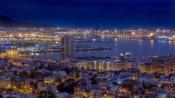 vista notturna della città las palmas di gran canaria foto