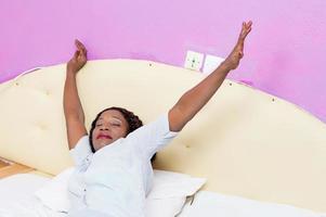la giovane donna si sveglia foto