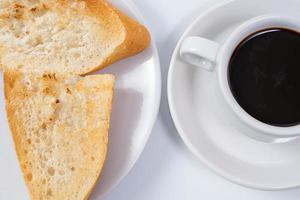 caffè nero e pane tostato foto
