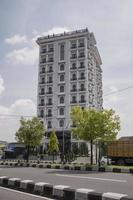 2019- un edificio di lusso a molti piani con due alberi foto