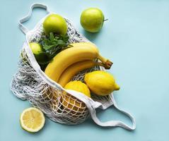 succosi agrumi maturi e banane in una borsa della spesa ecologica foto