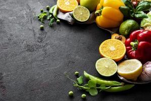 frutta e verdura su uno sfondo di cemento nero foto