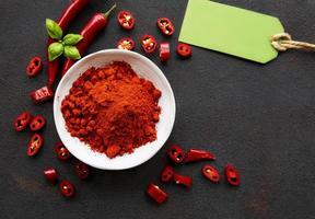 peperoncino rosso, peperoncini secchi su sfondo scuro foto