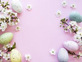 uova di Pasqua colorate con fiori di primavera sbocciano i fiori
