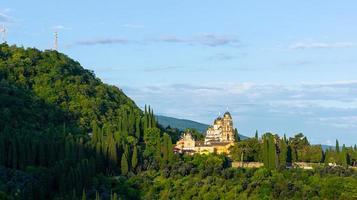 paesaggio con vista sul nuovo monastero di athos con cielo blu nuvoloso in abkhazia, georgia foto