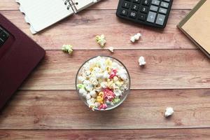 popcorn in una ciotola sulla scrivania in legno foto