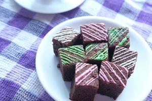 brownie al cioccolato sulla coperta da picnic viola foto