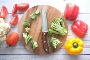 selezione di cibi sani con verdure fresche sul tagliere foto