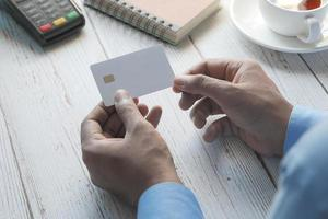 mano che tiene la carta di credito foto