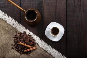 caffè nero con chicchi e cannella foto